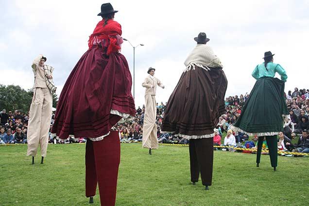 danzas colombianas en zancos - teatros en Boyaca - teatro teb - teatros en tunja