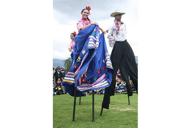 danzas tradicionales en zancos - teatros en Boyaca - teatro teb - teatros en tunja